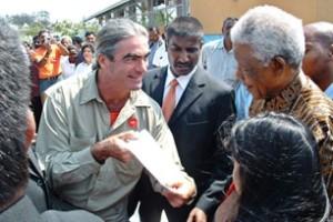 Béliveau rencontre Nelson Mandela à Durban, Afrique du Sud, le 14 octobre 2003. (Photo: inconnu)