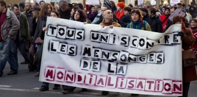 """Les """"Indignés"""" qui manifestent contre la mondialisation, ici entre la place de Clichy et la place Stalingrad en décembre 2011. (Photo: Raphael Bodin)"""