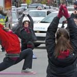 Des étudiants ont tenu une séance de yoga en guise de manifestation au centre du carrefour Sainte-Catherine-Berri, à Montréal. (Photo: Jacques Nadeau)