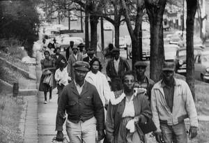 Boycott des autobus de Montgomery, 1956. Les noirs marchent pour aller travailler. (Photo: Don Cravens)