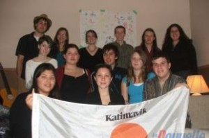 Groupe de jeunes photographié dans le salon de la maison Katimavik à Victoriaville. 2006. (Photo: archives)