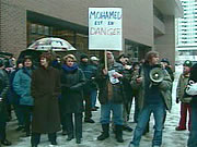 Manifestation d'appui à Mohamed Cherfi, menacé de déportation, mars 2004. (Photo: archives Radio-Canada)