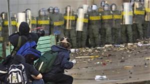 Des manifestants devant les policiers au Sommet des Ameriques, à Québec. (Photo: archives radio-canada)