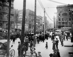 Manifestation anti-conscription à Montréal, le 24 mai 1917, au Square Victoria. (Photo: domaine public)
