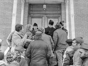 Manifestation devant les bureaux de Mirabel, 1974. (Photo: Garth Pritchard)