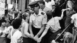 5 juillet 1983: des manifestants tente d'empêcher les policiers de quitter la clinique de Morgentaler à Toronto après la descente policière. La clinique fut rouverte 3 heures plus tard. (Photo: John McNeill)