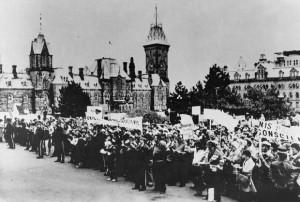 Manifestation devant le Parlement à Ottawa contre la compensation inadéquate suite à l'expropriation de Mirabel, novembre 1978. (Photo: archives Canadian Press)