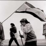 Manotick, Ontario. Des Innus, dont l'ainée Tshaunkuesh (Elizabeth) Penashue, ont marché 850 km en 3 mois le long d'autoroutes canadiennes en signe de protestation contre les vols à basse altitude des chasseurs de l'OTAN au-dessus du Nitassinan. Un jet chasseur voyage cette distance en une heure. (Photo: Peter Sibbald, 1990)
