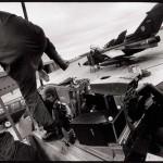 Un pilote en préparation pour un vol à basse altitude au-dessus du Nitassinan/Labrador, Base des Forces Canadiennes Goose Bay. (Photo: Peter Sibbald, 1990.)