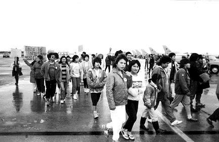 L'action non-violente du peuple Innu pour le Nitassinan : hommes femmes et enfants ont occupés les pistes pendant plusieurs semaines. (Photo: source inconnue)