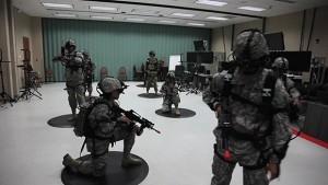 Soldats de l'armée américaine en entrainement virtuel utilisant une alternative militaire des tenchonoliges Virituix Omni et Oculus Rift. (Capture d'écran: ArmyVideoTube)