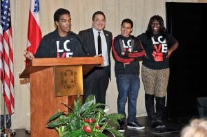 L'organisme Leave Out Violence (LOVE)  a présenté les témoignages de trois jeunes Montréalais. Ils ont fait l'exposé de leur expérience et de l'impact que le programme sur les arts médiatiques de LOVE a eu dans leur vie. En effet, ce programme les a aidés à quitter l'environnement désespérant et violent dans lequel ils évoluaient afin de découvrir une communauté d'entraide et d'écoute de jeunes comme eux. LOVE leur a permis de développer un sentiment d'appartenance fort à un groupe sain tout en leur redonnant de l'espoir dans leur quotidien. Le moment fort de cette présentation a été un slam trilingue (anglais, français et espagnol) réalisé par un des jeunes.