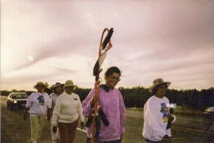 En juillet 1990, des autochtones du Canada et des États-Unis entament des marches pacifiques en appui à Kanesatake. Ici, un groupe de la Saskatchewan, qui arriva à destination en septembre. (Photo : auteur inconnu)