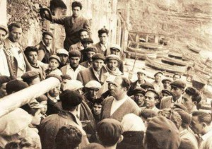 Danilo Dolci, activiste social, parmi  les pêcheurs de la ville de Trappeto en Sicile en1952.  (Photo: Caponnetto-Poesiaperta)