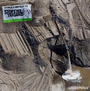 Action aux site d'exploitation des sables bitumineux de Syncrude à la mine d'Aurora Nord, en juillet 2008. (Photo: Greenpeace)