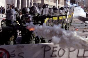 Sommet des Amériques 2001: police larguant des bombes lacrymogènes aux manifestants. (Photo: CC)