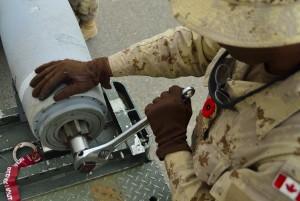 31 octobre 2014. Un technicien des Forces armées canadiennes au Koweït assemble une bombe (Photo: forces.gc.ca)