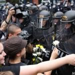 Stratégie non-violente face à l'escouade anti-émeute. (Photo: Marc Dunne)