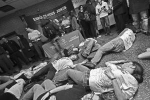 Des activistes étudiants en die-in pour protester contre la militarisation des universités. (Photo: Stephen Davis)