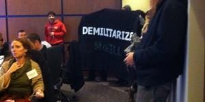 Manifestants interrompant une conférence militaire à McGill. (Photo: inconnu)