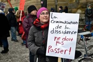 Une citoyenne lors d'une manifestation contre le C-51, à Montréal. (Photo: Martin Roy)
