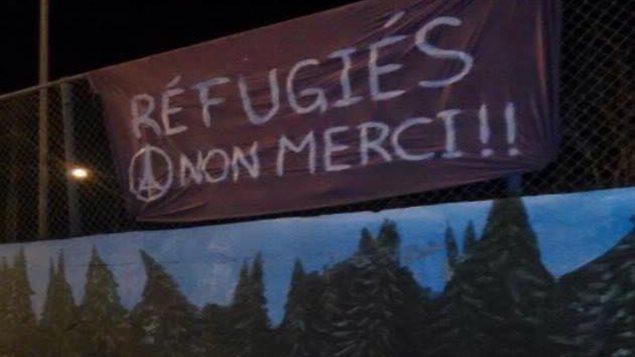 151117_du2fv_banderole-contre-refugie_sn635