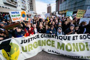 """À la bannière de tête, on pouvait constater la jeunesse des personnes qui ont participé à la marche. La foule fut estimé à plus de 100 000 personnes par les organisateur et 65 000 par le service de police de Montréal. Près de 150 000 étudiants et étudiantes étaient en grève aujourd'hui au Québec dans le cadre du mnouvement mondial """"En grève le 15 mars pour le climat."""